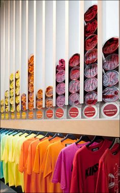 Store Self-Dispenses T-Shirts van Fixtures Close Up® -- Store & Point-of-Purchase Fixture Reviews door Tony Kadysewski