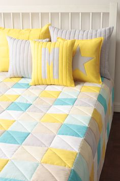 Bed Cover Design, Pillow Design, Fold Bed Sheets, Patchwork Cushion, My Ideal Home, Home Organisation, Sewing Pillows, Quilted Wall Hangings, Quilting