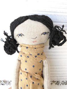 Pequeña muñeca realizada en algodón con pelo negro de algodón. 27 cm de AntonAntonThings en Etsy