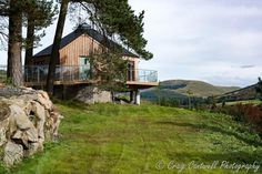 The Glenshee Treehouse - A luxury treehouse for 2 in Perthshire with private hot tub and breathtaking mountain views. 20 minutes from Glenshee Ski Centre