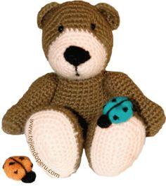 Osito tejido en crochet (amigurumi)  En la página encuentran las instrucciones para tejer las mariquitas también!