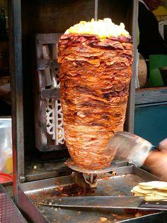 Esta es comida de importación los donerakis árabes pero ha sentado sus reales en México con adobo local, piña, cilantro y cebolla. Nadie diría que no son originales!! Tacos al pastor!