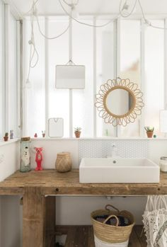 "une ""feel good"" déco à Biarritz -soul inside- salle de bain miroir rotin barbier bathroom mirrors"