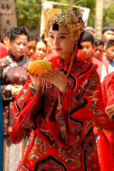 A traditional Chinese wedding dress is very elaborate and feminine. Chinese Wedding Dress Traditional, Chinese Bride, Traditional Fashion, Chinese Style, Traditional Dresses, Chinese Fashion, Costumes Around The World, Wedding Costumes, Chinese Clothing