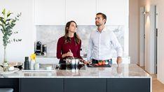 Marcella Corbetti und Jonas Oesch haben ihren persönlichen – und intelligenten – Wohntraum gefunden. Sie erklären, weshalb Fernsehen bei ihnen mehr Spass macht und warum in ihrer Küche schlechter Geruch keine Chance hat.