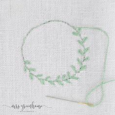 Fine wreaths embroidered on linen - 10 minutes DIY - Embroidery / Stickerei - Blumen Hand Embroidery Patterns, Diy Embroidery, Diy Couture, Diy Greenhouse, Diy Blog, Circular Needles, Knot Headband, Sock Yarn, Punch Needle