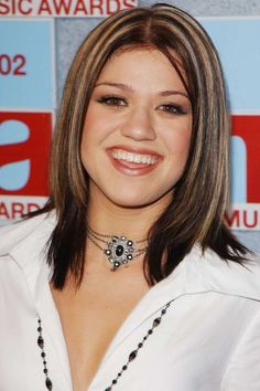 Kelly Clarkson's chunk-tastic highlights. Red Hair With Highlights, Blonde Streaks, Brown Hair With Blonde Highlights, 2000s Fashion Trends, Early 2000s Fashion, Kelly Clarkson Hair, 2000s Hairstyles, Haircuts, Britney Spears