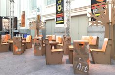 Muebles de cartón para la zona lounge de la feria de arte contemporáneo Art Madrid. Sillas, mesas y árboles de cartón.Personalizados por distintos artistas. Cardboard furniture for the lounge area of the contemporary art fair Art Madrid. Chairs, tables and cardboard trees.Personalized by different artists.