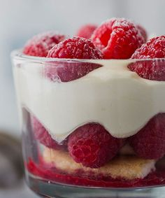 Tiramisu aux framboises - Recette WW Tiramisu is a typical dessert of Italian cuisine, here is the r Desserts Thermomix, Trifle Desserts, Spaghetti Eis Dessert, Raspberry Tiramisu, Dessert Weight Watchers, Evening Meals, Ww Recipes, Nutritious Meals, Food Items