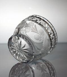 Kaunis käsinpuhallettu kristallikermakko sarjasta Virpi. Tekijä Aimo Okkolin. Riihimäen lasi. http://www.designlasi.com/content/virpi-sokerikko-6140-kermakko-6141-okkolin-aimo