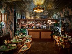 leo's oyster bar palm wallpapered room