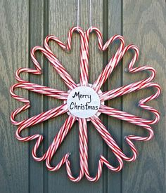 Check out this wonderful easy #DIY #Christmas wreath made out of candy canes!