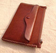 He encontrado este interesante anuncio de Etsy en https://www.etsy.com/es/listing/228263909/handmade-women-leather-wallet-vintage