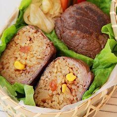 宮崎県とボンカレーがコラボしたご当地カレー「ひなたの恵みボンカレー」が7月5日に発売されました。まだ食べていない!! という方のためにいつものボンカレーで宮崎の味を楽しめるレシピをご紹介。そこで宮崎県発の愛されメニュー「肉巻きおにぎり」をカレー味で作ってみました。  コーンを入れたカレー炊き込みごはんは、そのまま食べてもOK。甘辛いタレで焼いたお肉と意外にもよく合います。しっかりした味つけだから、冷めてもおいしく食べられ、お弁当や食欲のなくなる季節にもぴったりです。炊きあがったご飯に大葉を入れれば、清涼感もアップします。宮崎×ボンカレーの味をぜひお試しください!