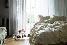 Se você quer deixar o seu quarto mais aconchegante, veio ao lugar certo. Separamos alguma ideias e imagens inspiradoras, tais como travesseiros extras à paleta de cores, para você se inspirar. Exis