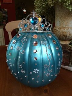 Pumpkin Centerpieces and Table Decorations for Halloween - Catch inspiration from interesting and unique Pumpkin Centerpieces ideas for Halloween. Pumpkin Decorating Contest, Pumpkin Contest, Decorating Pumpkins, Cinderella Pumpkin, Disney Pumpkin, Frozen Pumpkin, Halloween Pumpkins, Halloween Crafts, Halloween Decorations