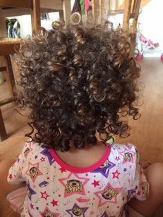 ♣Bonjour Nous reprenons la rentrée scolaire avec les témoignages de maman et la routine capillaire de leurs enfants aux cheveux crépus ou frisés ou bouclés. Ce mercredi à L'honneur Leonara 3 …