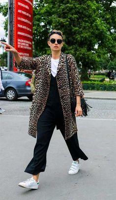 Street Style. Macacão preto sobreposto com camiseta branca e casaco de oncinha.
