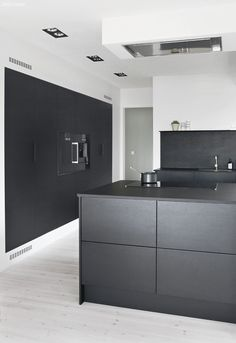 High splash back topped with a narrow shelf AND The recessed kitchen vent: Siemens ceiling hood Kitchen Vent, Diy Kitchen Cabinets, Kitchen Layouts, Kitchen Wood, White Cabinets, Black Kitchens, Home Kitchens, Kitchen Black, Before After Kitchen