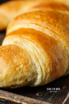{:en}Croissants made with coconut oil are possible if keep a couple of tricks in mind. Here's what I've learned to make the ultimate vegan croissant. Dairy Free Croissant Recipe, Vegan Croissant, Gourmet Breakfast, Healthy Vegan Breakfast, Breakfast Ideas, Healthy Eating, Seitan, Vegan Foods, Vegan Dishes