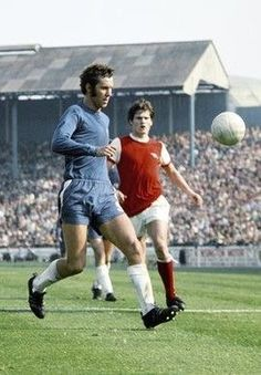 Chelsea 2 Arsenal 1 in Aug 1970 at Stamford Bridge. Pat Rice runs to cover Peter Osgood Pure Football, Retro Football, Chelsea Football, Chelsea Fc, Football Soccer, Arsenal Match, Arsenal Fc, Arsenal Football, Image Foot