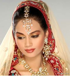 Beautiful Maang Tikka (forehead ornament) i want to be her...lol! its absolutely stunning!