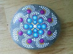Hand Painted Beach Stein von den Ufern des Lake Erie von Miranda c Blau & violett Pinwheel Ich liebe, wie dies aussieht, wie es bewegt ist :)  Größe: ca. 3 Zoll Durchmesser Farben: weiß, blass gelb violett lila, Magenta, helles Blau, türkis blau, violett, lila Form: Round-ish Medium: wasserbasierte Acrylfarben Sealed/Protectant: Ja. mit Indoor/Outdoor UV Schutzmittel Lack - Hochglanz-Stil: Mandala, Ringe, Blume, Pinwheel Technik: Pointillismus, Dotillism, Punkt Kunst setzen etwas Farbe in…