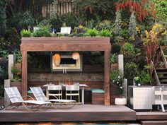 In his own backyard, designer Jamie Durie used the roof of a poolside dining pergola as the foundation for a second-story deck.
