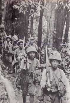 Japanese Soldiers walking in Guadalcanal Battle Of Saipan, Battle Of Iwo Jima, George Patton, Imperial Army, War Photography, Army & Navy, Korean War, Time Photo, Second World