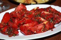 На следующий день еще вкуснее! Вам потребуется: 2 кг помидор порезать крупно (пополам) 4 шт. болгарских перца 2 головки чеснока 2 шт крас...