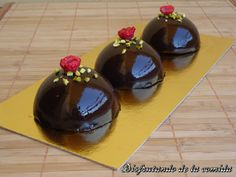 Cocoa glaze: 120 gr cream, 180 gr sugar, 145 gr water, 60 gr cocoa, 3 gelatin leaves. Boil all up to 103 C. At 60 C add the gelatin, previously softened and use at 30 C over the frozen bombs Choco Chocolate, Chocolate Glaze, Entremet Recipe, Mirror Glaze Cake, Individual Cakes, Pastry And Bakery, Mousse Cake, Candy Buffet, Delicious Desserts