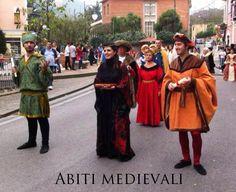 Realizziamo abiti medievali effettuando ricerche storiche di modelli poco noti al pubblico delle rievocazioni storiche e pertanto più esclusivi.