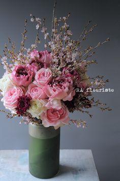 """桜を入れて華やかにというリクエストを頂いた、お引越祝いのお花。ピンクがかった花弁の彼岸桜。そこに合わせたのはラナンキュラスの中で、一際個性の強い""""シャルロ..."""