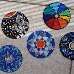 Cds reciclados   Con plumones de base de aceite o inclusive con pintura para tela, puedes hacer creativos dibujos sobre los discos. Después cuélgalos sobre una pared donde les pegue el sol, de esta manera se reflejará la luz, creando coloridos destellos.