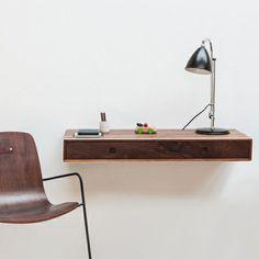 Schwebende Konsole mit zwei Schubladen aus Walnussholz. Mit Mulde für Schlüssel/Handy und Durchlasse für Kabel.  Hersteller: WUD, David Rasmussen, gesehen bei MONOQI