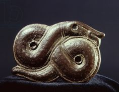 This Norse brooch of the shows Jormungand, the serpent that encircles the world in Norse mythology. In one story, the god Thor tries to drain the ocean and remove the World Serpent. Ancient Vikings, Norse Vikings, Historical Artifacts, Ancient Artifacts, Historical Photos, Viking Jewelry, Ancient Jewelry, World Serpent, Viking Life