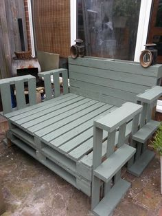 An oversized pallet lounger using pallets of various sizes... no sawing... plenty of screws and a lick of paint.