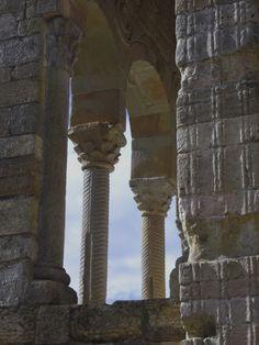 Décor à cannelures des façades et des colonnes, Santa María del Naranco, Oviedo, principauté des Asturies, Espagne.