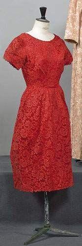 BALENCIAGA, haute couture, n 69607, circa 1958 - Robe de cocktail haut à décolleté bateau, petites manches, jupe légèrement tonneau par des fronces (trou). Griffe blanche, graphisme noir.