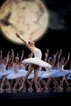 DANCE (AP) - The Etoile (or Première Danseuse), the Corps de ballet of Ballerinas behind, the moon. Patrick Dupond, Ballet Photos, Ballet Images, Dance Like No One Is Watching, Pantomime, Ballet Photography, Ballet Beautiful, Old Soul, Lets Dance