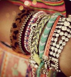 spring and summer jewelry: boho chic styles for festival styled accessories and jewels. Friendship bracelets and arm candy. Hippie Chic, Hippie Style, Boho Chic, My Style, Bohemian Style, Cute Bracelets, Summer Bracelets, Layered Bracelets, Summer Jewelry