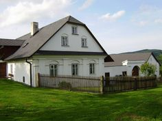 Blatiny - chalupa k pronájmu, Vysočina Swiss Chalet, Vernacular Architecture, Country Houses, Log Cabins, Traditional House, Country Style, Home And Garden, Cottage, Decorating