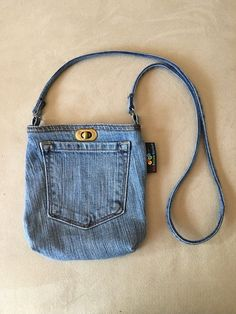 Hottest Snap Shots Cross Body Pocket Purse Ideas I really like Jeans ! And much more I want to sew my own Jeans. Next Jeans Sew Along I am planning Jean Crafts, Denim Crafts, Artisanats Denim, Diy Denim Purse, Blue Denim, Denim Backpack, Jean Diy, Blue Jean Purses, Diy Jewelry Unique
