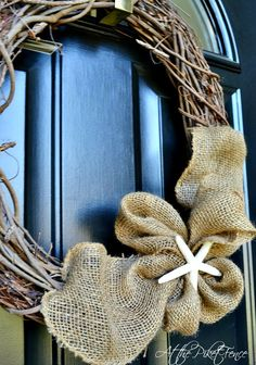 30 Easy Summer Wreaths You Can Make Yourself - Simple burlap wreath - Easy Burlap Wreath, Wreath Crafts, Diy Wreath, Fall Crafts, Home Crafts, Diy Crafts, Burlap Projects, Craft Projects, Craft Ideas