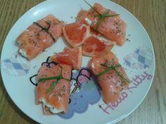 Rollitos de salmón rellenos con queso fresco.