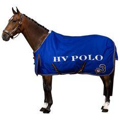 HV Polo Outdoordecke Favouritas 200 Gramm Outdoordecke Favouritas aus dem Hause HV Polo. Die Winterdecke ist mit Kreuzbegurtung mit einem HV Polo-Schriftzug, einem doppelten Brustverschluss und Beinschlaufen ausgestattet. Mit einer 200 Gramm Füllung.