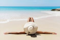 Holidays at the seaside? Discover all the benefits for your health! Flight Compensation, Sport Mat, Walking Barefoot, Healthy Sleep, Beach Umbrella, Sleep Problems, Respiratory System, Good Sleep, Natural Cosmetics