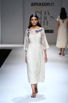 aifwss17d2s2apratimapandeyrunway040 Ethnic Fashion, Indian Fashion, New Suit Design, Collar Kurti Design, Hand Painted Dress, Neck Designs For Suits, Embroidery Suits Design, Hijab Fashion Inspiration, India Fashion Week