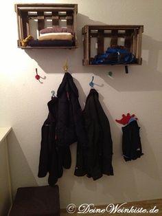 Zwei Weinkisten (mit Anti-Holzwurm-Wärmebehandlung) über Garderobe als Ablage
