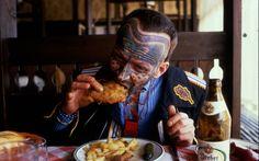 """""""Miután Ferencünk meghúzta a sörösüveget, nekiesett a tányéron gondosan szervírozott húsnak: kézzel. Nem feltűnően körbesandítottam az addigra már vendégekkel teli étteremben, s nem csalódtam. Szinte mindenki a mi asztalunkat figyelte, no nem Gábort és engem, hanem a különös öltözékben ülő és kannibál módjára evő, maszkírozott arcú társunkat."""" Urbán a szabadulás utáni órákban mindent megtett, hogy lebeszélje Pillangót a gyilkosságról."""